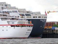 Hecks der Kreuzfahrtschiffe DEUTSCHLAND und QUEEN MARY 2 im Hamburger Hafen.