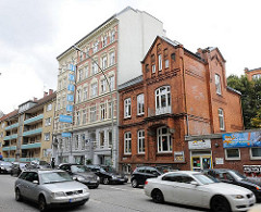 Strassenverkehr in der Simon von Utrecht Strasse - Wohnhäuser in unterschiedlichen Stilrichtungen auf Hamburg St. Pauli.