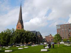 Grünanlage Domplatz - 39 rechteckige, beleuchtete Sitzbänke symbolisieren die 39 Säulen des sich ehem. dort befundenen Mariendoms.