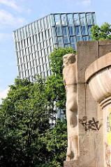 Blick vom Bismarckdenkmal, Elbpark in Hamburg Neustadt Richtung Hamburg St. Pauli - Tanzende Türme.
