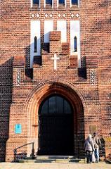 Eingang der Wandsbeker Kreuzkirche - Ziegelfassade; Bilder von Hamburger Kirchen.