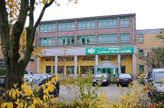 Schulgebäude Schule Luruper Hauptstrasse - SLH; Eingang und Parkplatz.
