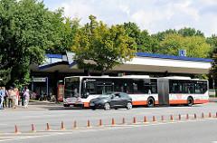 U-Bahnstation, Busstation Burgstrasse in Hamburg Hamm; ein  Gelenkbus der HVV fährt an die Bushaltestelle.