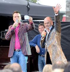 Corny Littmann und Ulf Ansorge beim Kiez-Konzert für die Flutopfer auf dem Hamburger Spielbudenplatz.