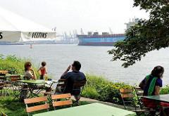 Ausflugscafé an der Elbe - die Gäste sitzen direkt am Wasser und können die ein- und auslaufenden Schiffe beobachten.
