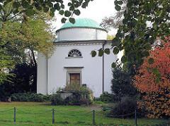 Schimmelmann-Mausoleum in Hamburg Wandsbek - Grabkapelle, Architekt C.G. Horn - Schimmelmann erlangte Reichtum durch den Handel mit Sklaven, Kattun, Gewehren und Zuckerrohr.