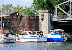 Sportboothafen am Tiefstackkanal bei der Liebigbrücke.