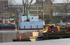 Schiffe im Moldauhafen am Dresdener Ufer - Wohnblocks der Veddel.