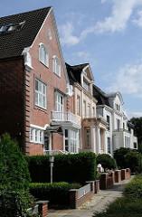 Häuserfront unterschiedlicher Stilrichtungen am Leinpfad - Architektur in Hamburg Winterhude.