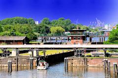 Tiefstackschleuse - Motorboot fährt in die Schleuse ein - Bilder aus den Hamburger Stadtteilen.