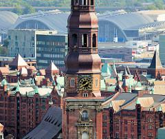 Luftaufnahme Dächer der Hamburger Speicherstadt - Kupferdächer; im Hintergrund die Architektur der Markthallen - Kirchturm mit Kupfer und Turmuhr der Hamburger St. Katharinenkirche.