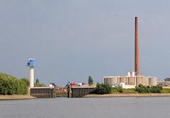 Bilder aus Hamburg Wilhelmsburg - Einfahrt zum Veringkanal - Hochwasserschutzanlage - re.Öltanks und ein hoher Fabrikschornstein - lks. eine Radaranlage im Reiherstieg.