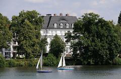Grosse Villa zwischen Bäumen am Ufer der Aussenalster - Segelschiffe.