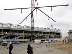 Bau des Fussballstadions vom Fussballclub St. Pauli - Transport / Montage einer Stahlkonstruktion für das Tribünendach.