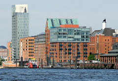 Panorama historischer und moderner Gebäude am Hafenrand von Hamburg Altona  - Architektur in der Grossen Elbstrasse.