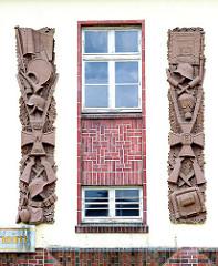 Details des militaristischen Wandschmucks an der Fassade des Hauptgebäudes der Lettow Vorbeck Kaserne in Hamburg Jenfeld.