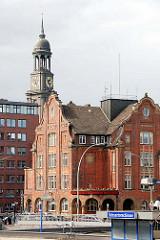 Stadtteil Hamburg NEUSTADT - Blick über die Schaartorschleuse zum Gebäude der Feuerwehrwache Innenstadt - dahinter die Kuppel und Aussichtsplattform des Hamburger Michels.