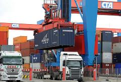 Portalkran mit Container und Sattelkraftfahrzeug