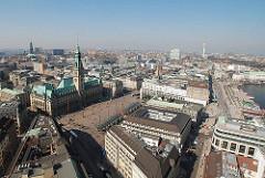 Luftaufnahme der Hamburger Stadtteile Altstadt und Neustadt - Blick auf den Rathausplatz mit dem Hamburger Rathaus und den Jungfernstieg mit dem Alsteranleger.
