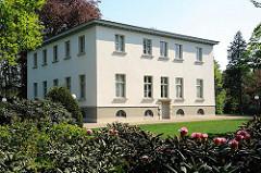 Architekturgeschichte Hamburg - Landhaus Bauer in Hamburg Nienstedten - blühender Rhododendron.