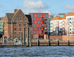 Architektur in Hamburg - Wohn- und Bürohäuser in HH-Altona, Gebäude beim Fischmarkt, Kaianlage an der Elbe.