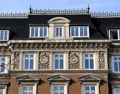 Hausfassade eines Wohngebäudes im Stil des Historismus.