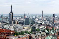 Türme der Hansestadt Hamburg - lks. der Turm vom Hamburger Rathaus, daneben der eingerüstete Turm der St. Nikolaikirche - daneben St. Petri, St. Jacobi und St. Katharinen.