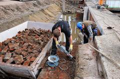 Restaurierung der 120 Jahre alten Kaimauer im Harburger Hafen - Baubeginn des neuen Harburger Sportboothafens.
