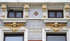 Engelfigur - Putten mit Flügel als Fassadendekoration - Ziegelverblendung.