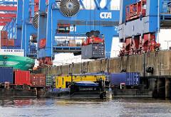 Schuten werden am Hamburger Container Terminal Altenwerder mit Containern beladen. Ein Schubschiff steht schon für die Weiterfahrt bereit.