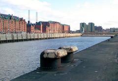 Foto-Dokumentation aus der Hafencity - Blick über den Sandtorhafen; Eisenpoller am Kaiserkai - historische Gebäude der Speicherstadt - Kesselhaus (2003)