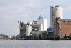 Industriegebäude, Silos am Reiherstieg; Hohe Schaar in Hamburg Wilhelmsburg.