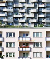 Architektur in Hamburg - Bilder von der Hamburger Grosssiedlung Osdorfer Born - Balkons in der Sonne.