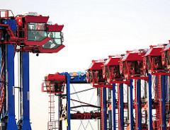 Abgestellte Portalstapelwagen - Arbeitsplätze im Hafen Hamburgs - Containertransport.