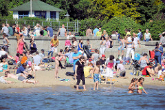 Baden in der Elbe - HamburgerInnen mit Kinder am Elbstrand in Hamburg Othmarschen.