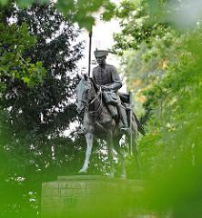 Skulptur Husar auf Pferd - Husarendenkmal Bronzeskulptur