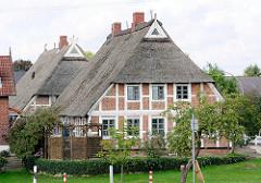 Fachwerkhäuser mit Reet gedeckt - historische Bauernhäuser, Wohnhäuser im Hamburger Stadtteil Kirchwerder.