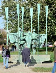 Bronzeskulptur auf dem Altonaer Balkon - Kunst im Öffentlichen Raum, FISCHER - Bildhauer Gerhard Brandes.