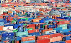 Containerlager des Terminals Burchardkai - zwischen den gestapelten Metallboxen bewegen sich die Portalhubwagen.