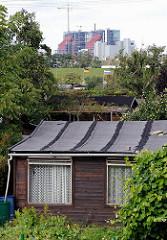 Kleingartenlaube im Schrebergarten AM RADELAND - dahinter der Bostelbeker Deich und die Baustelle des Kohlekraftwerk Moorburg.