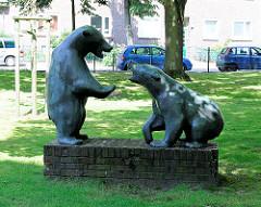 Skulptur Bären auf einem Rasenstücke - Bilder aus dem Stadtteil Hamburg Barmbek-Nord.
