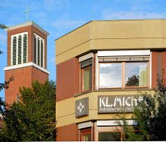 Kleiner Michel Bürogebäude und Kirchturm der Katholischen St. Ansgarkirche in Hamburg Neustadt.