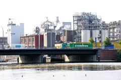 Industrieanlage an der Bille - im Vordergrund eine Strassenbrücke am Heidenkampsweg in Hamburg Hammerbrook.