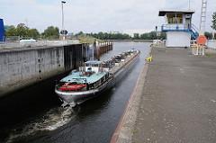 Harburger Schleuse geöffnetes Schleusentor, Binnenschiff Richtung Süderelbe. Haus des Schleusenwärters.