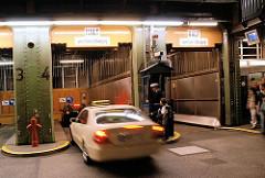 Fahrstuhl im Alten Elbtunnel für Autos - Aufzug für Kraftfahrzeugen; Fotos aus dem Stadtteil St. Pauli.
