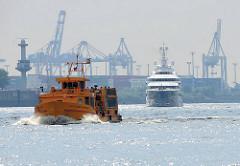 Die Motoryacht MAYAN QUEEN IV auf der Elbe in Hamburg - im Vordergrund die Hafenfähre Wolfgang Borchert.