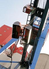 Krananlage mit Greifer im Reiherstieghafen - die Kanzel des Kranführers ist auch am Boden verglast.