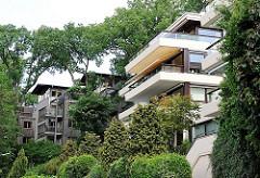 Moderne Bauten zwischen hohen Bäumen - neue Architektur in Hamburg Blankenese.