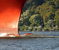 Schiffsbug des Containerschiff RIO DE LA PLATA der Reederei Hamburg-Süd; der Frachter hat eine Länge von 286,50m und kann 5905 TEU Container transportieren.