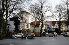 Einzelhäuser in der Othmarschener Reventlowstrasse, Strassenverkehr - fahrende Autos.